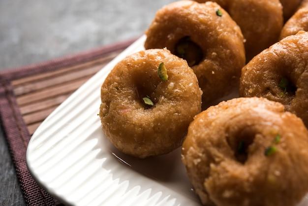 Nourriture sucrée balushahi servie dans une assiette blanche ou dorée sur fond de mauvaise humeur