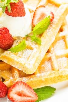 Nourriture sucrée - gaufres à la fraise et crème glacée