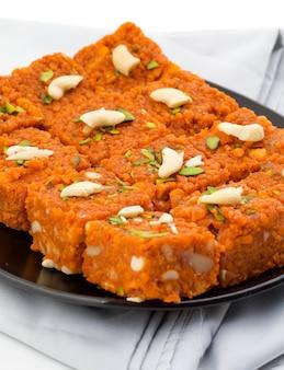 Nourriture sucrée indienne akhrot halwa