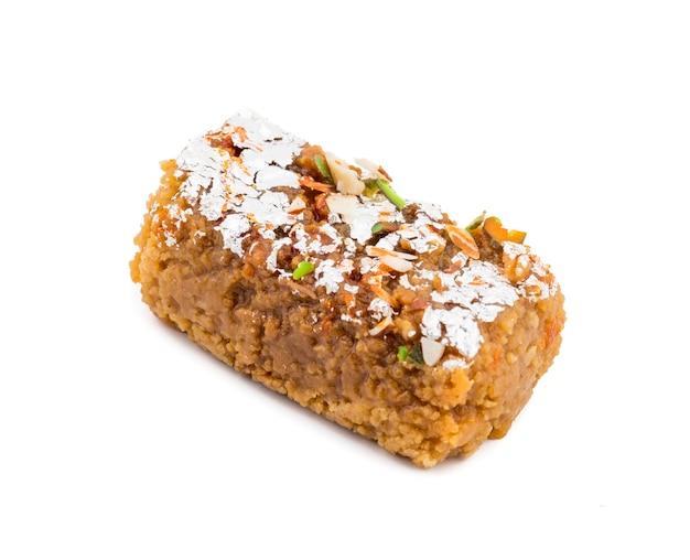 Nourriture sucrée indienne gulab halwa sur fond blanc