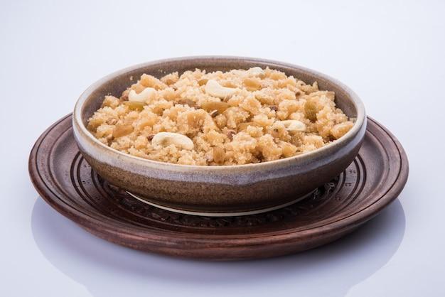 Nourriture sucrée indienne halwa, sheera, shira lapsi, pudding, payasam ou pongal servi dans un bol