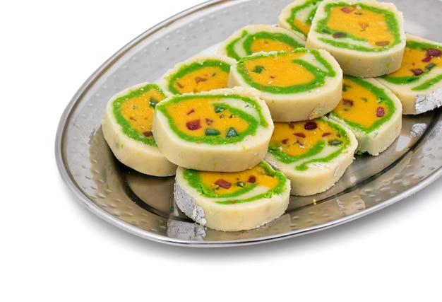 Nourriture sucrée indienne mawa peda sur fond blanc
