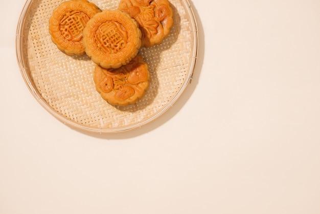 Nourriture sucrée vietnamienne pour le festival de la mi-automne à la pleine lune, gâteau de lune vue de dessus sur fond de bois noir. traduction sur gâteau de lune rond