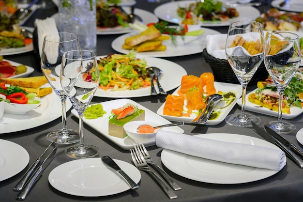 Nourriture et sushis sur assiettes au restaurant