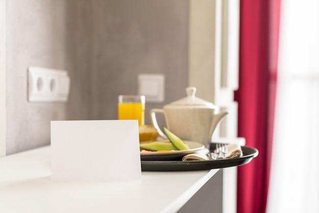 Nourriture sur une table dans une chambre d'hôtel