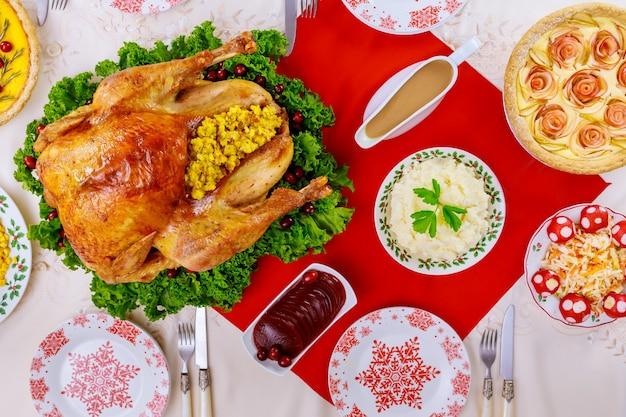 Nourriture et table de noël avec motif de flocon de neige. plat du nouvel an.
