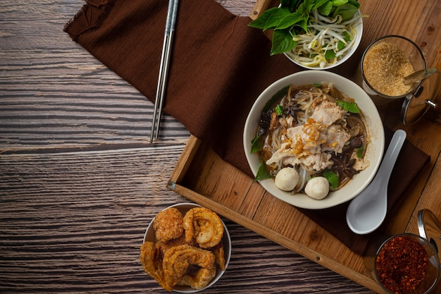 Nourriture thaï. nouilles au porc, boulettes de viande et légumes