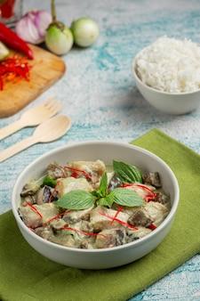 Nourriture thaï. porc au curry de coco vert aux aubergines