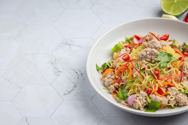 Nourriture thaï. salade épicée de nouilles au porc haché