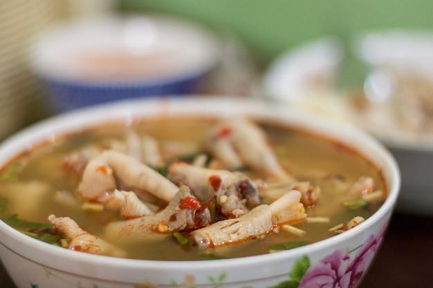 La nourriture thaïlandaise épicée piment poulet pieds soupe appel de la thaïlande