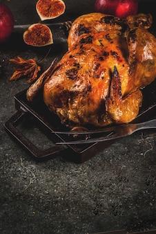Nourriture de thanksgiving day. poulet entier rôti ou dinde sur fond gris foncé, espace copie