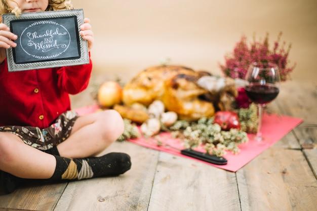 Nourriture de thanksgiving et enfant tenant ardoise