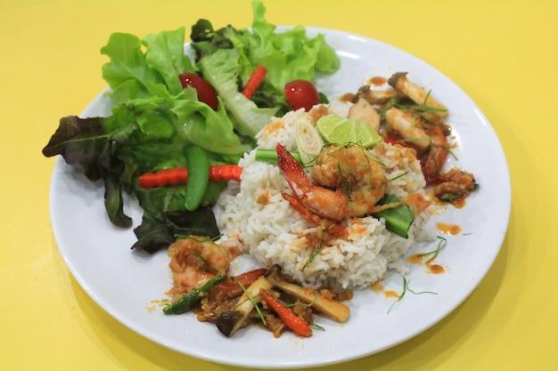 Nourriture de tomyum kung thai sur le riz de vapeur