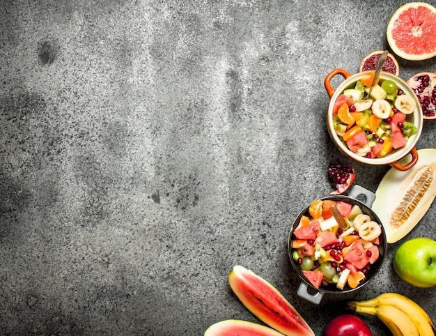 Nourriture tropicale. salade de fruits tropicaux frais dans des bols. sur fond rustique.