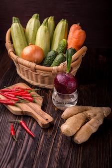 Nourriture végétale verte de désintoxication crue sur la table en bois