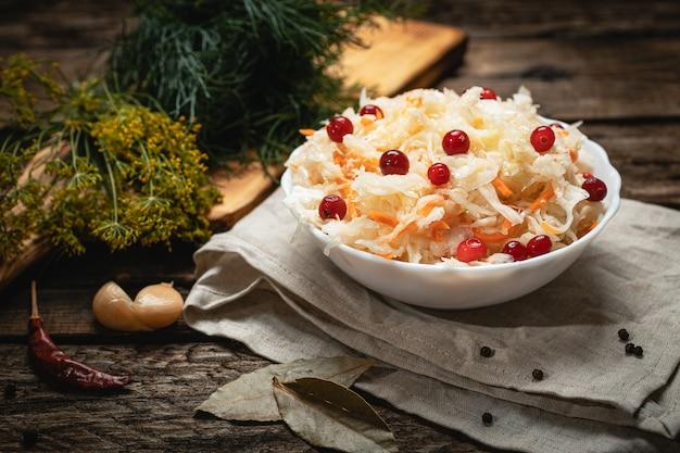 Nourriture végétalienne - choucroute aux canneberges sur une surface en bois