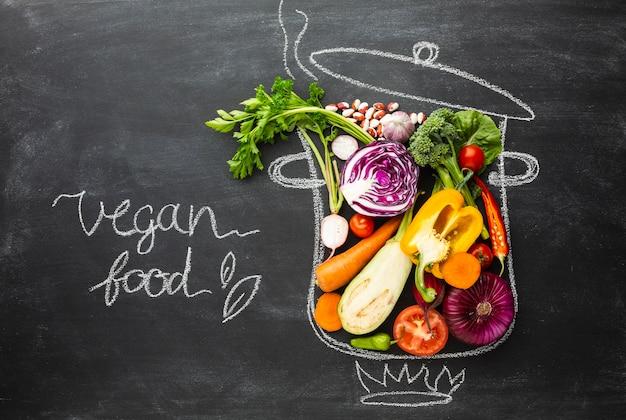 Nourriture végétalienne dans un pot de craie