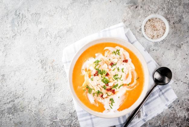 Nourriture végétalienne à la mode, soupe de désintoxication de patates douces au lait de coco, tomates séchées