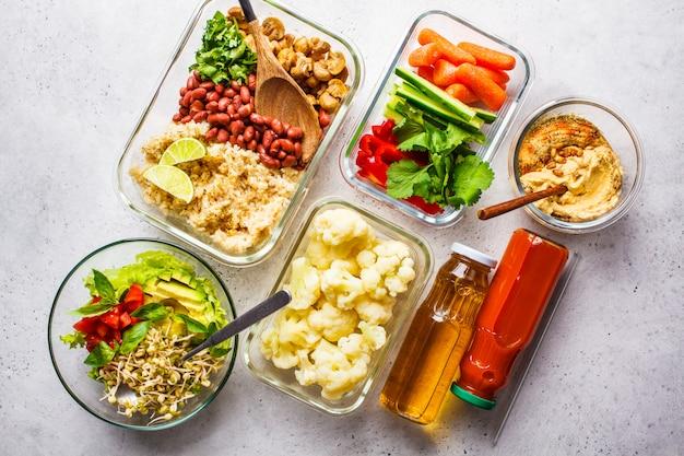 Nourriture végétalienne saine dans des récipients en verre, vue de dessus.