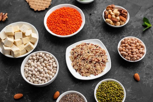 Nourriture végétalienne saine sur un fond de béton