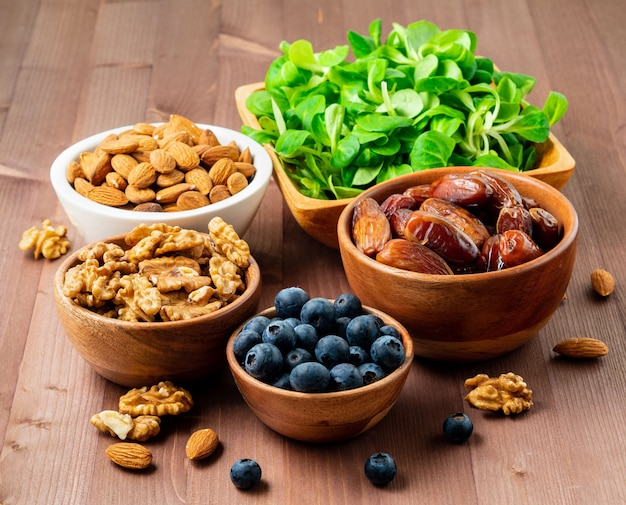 Nourriture végétalienne saine - fruits secs, légumes verts, noix, baies. superaliments