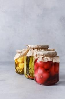 Nourriture végétarienne conservée fermentée dans des bocaux en verre. le concept de la nourriture en conserve.