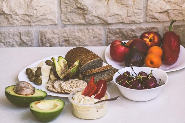 Nourriture végétarienne européenne saine sur une table blanche sur le balcon