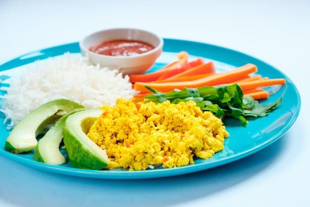 Nourriture végétarienne - riz avec mélange de légumes sautés et tofu végétarien. fermer