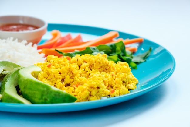 Nourriture Végétarienne - Riz Avec Mélange De Légumes Sautés Et Tofu Végétarien. Fermer Photo Premium