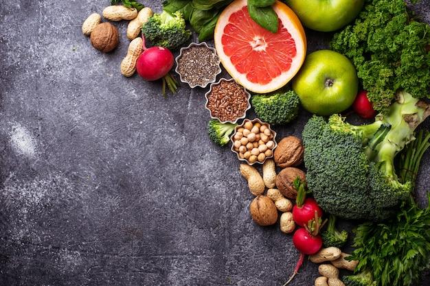 Nourriture végétarienne saine. légumes, fruits, graines et noix. mise au point sélective