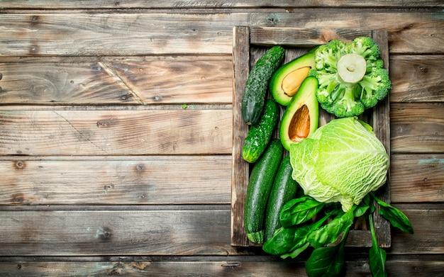 Nourriture verte. fruits et légumes biologiques frais sur table en bois.