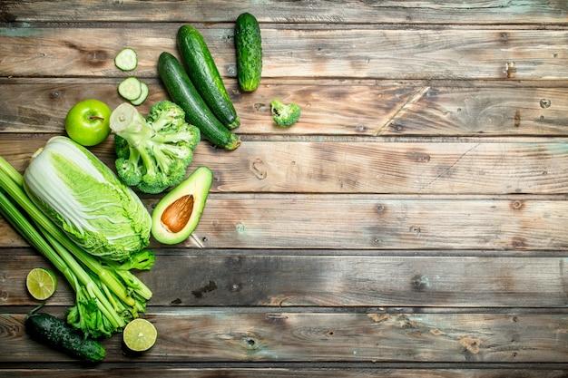 Nourriture verte. fruits et légumes biologiques sur table en bois