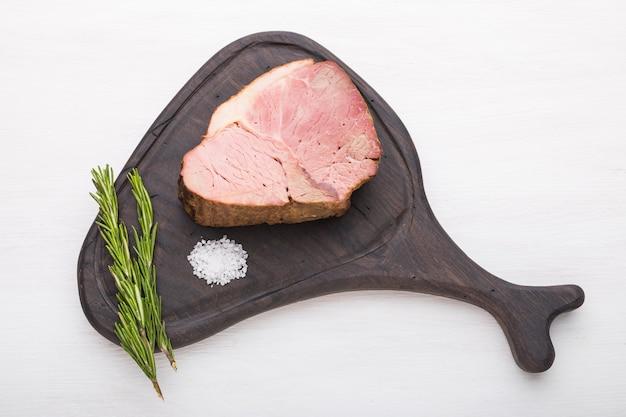 Nourriture, viande et délicieux concept - viande de cheval avec du sel à bord.