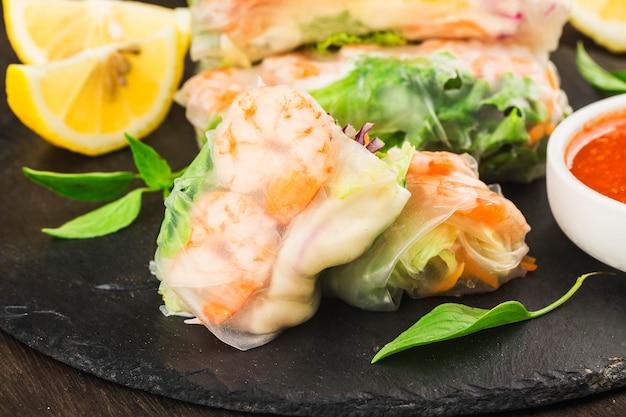 Nourriture vietnamienne rouleau de printemps frais aux crevettes,