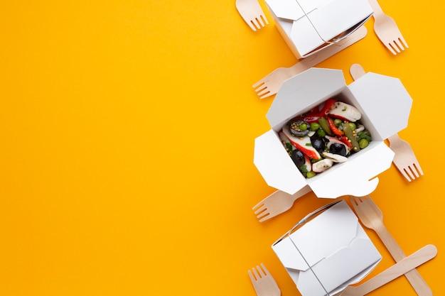 Nourriture vue de dessus avec salade et copie-espace