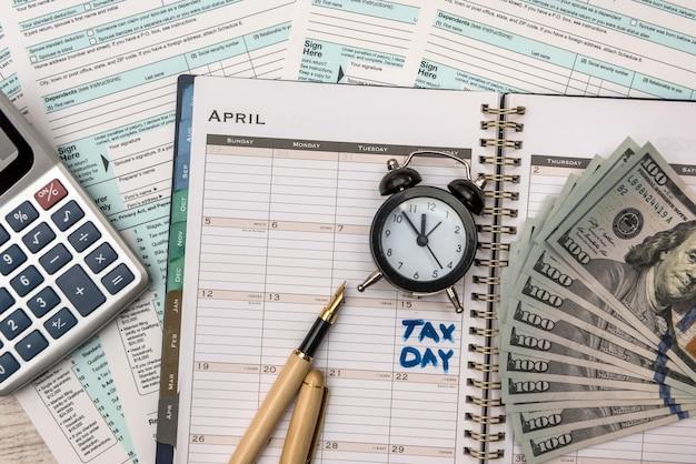 Nous argent avec formulaire fiscal. concept fiscal