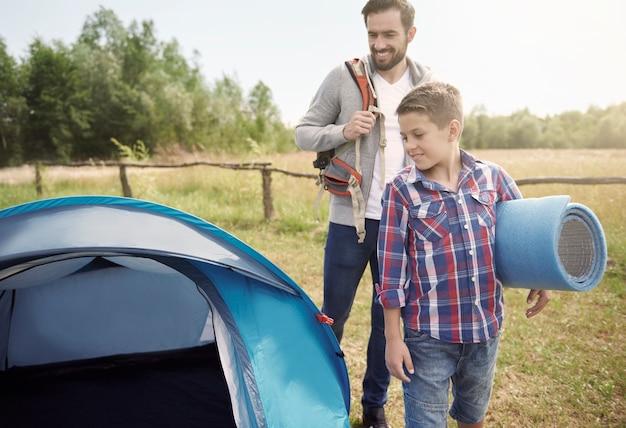 Nous devons tout mettre dans la tente