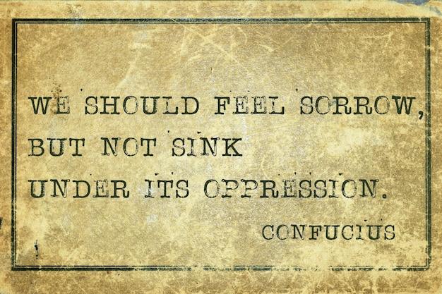 Nous devrions ressentir de la tristesse - ancienne citation du philosophe chinois confucius imprimée sur du carton vintage grunge