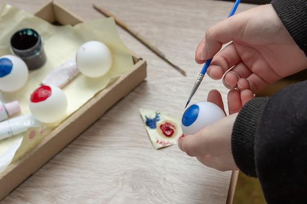Nous faisons un décor pour halloween, peignons un globe oculaire sur une balle de tennis avec des peintures. bricolage avec les enfants