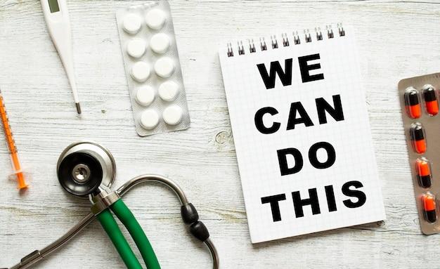 Nous pouvons le faire est écrit dans un cahier à côté de pilules et d'un stéthoscope