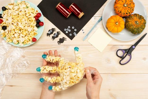 Nous préparons des cadeaux pour halloween, nous fabriquons de nos propres mains des emballages amusants pour le pop-corn. instruction de bricolage. guide étape par étape. étape 4