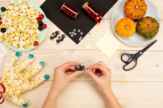 Nous préparons des cadeaux pour halloween, nous fabriquons de nos propres mains des emballages amusants pour le pop-corn. instruction de bricolage. guide étape par étape. étape 9