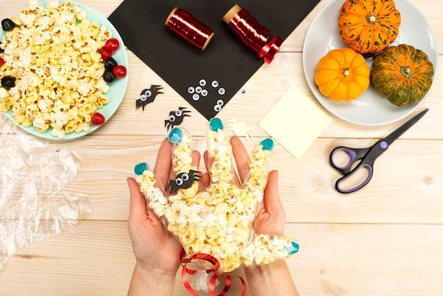 Nous préparons des cadeaux pour halloween, nous fabriquons de nos propres mains des emballages amusants pour le pop-corn. instruction de bricolage. guide étape par étape. le résultat final.