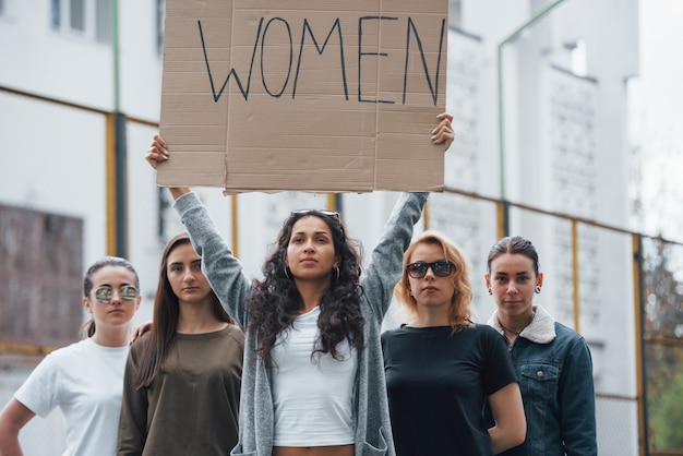 Nous serons entendus. un groupe de femmes féministes protestent pour leurs droits en plein air