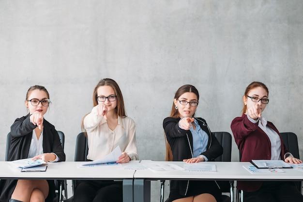 Nous vous choisissons. equipe des ressources humaines. jolies femelles pointant vers le candidat virtuel