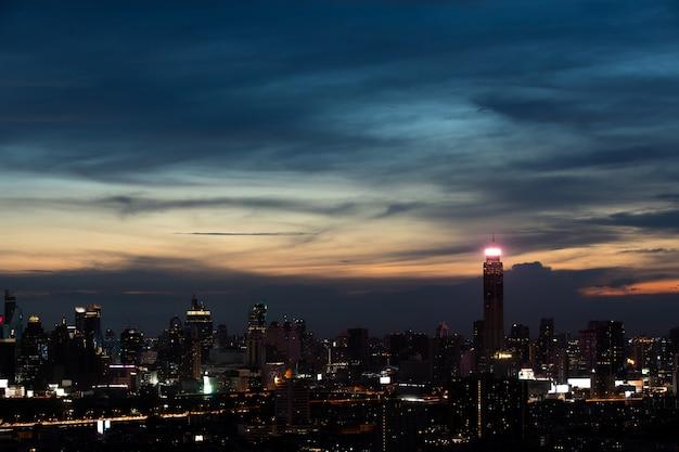 Nouveau bâtiment de bureaux modernes avec des lumières la nuit