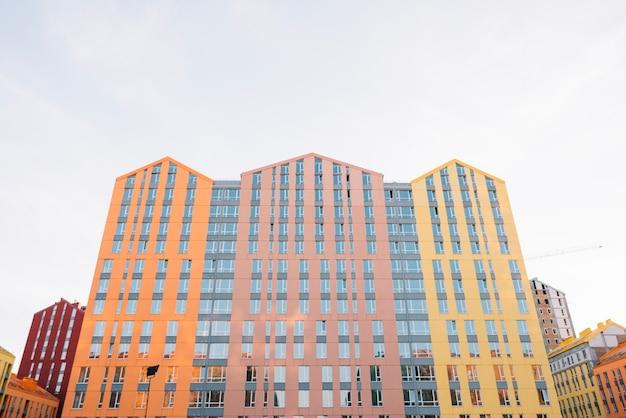 Nouveau bel immeuble avec appartements