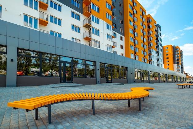 Nouveau bloc d'appartements modernes avec balcons et ciel bleu en arrière-plan