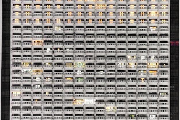 Nouveau bloc d'appartements modernes ou condominium avec balcon dans la nuit