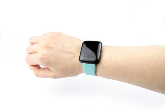 Nouveau bracelet de remise en forme intelligent avec écran noir vierge sur une main